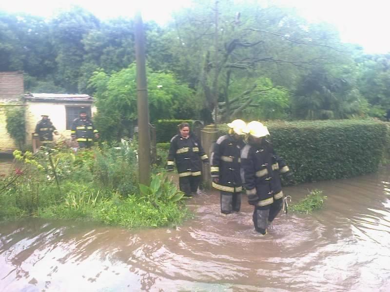Bomberos Voluntarios de Castilla prestando ayuda en una vivienda de esa localidad. Foto gentileza: Oscar Espinosa.