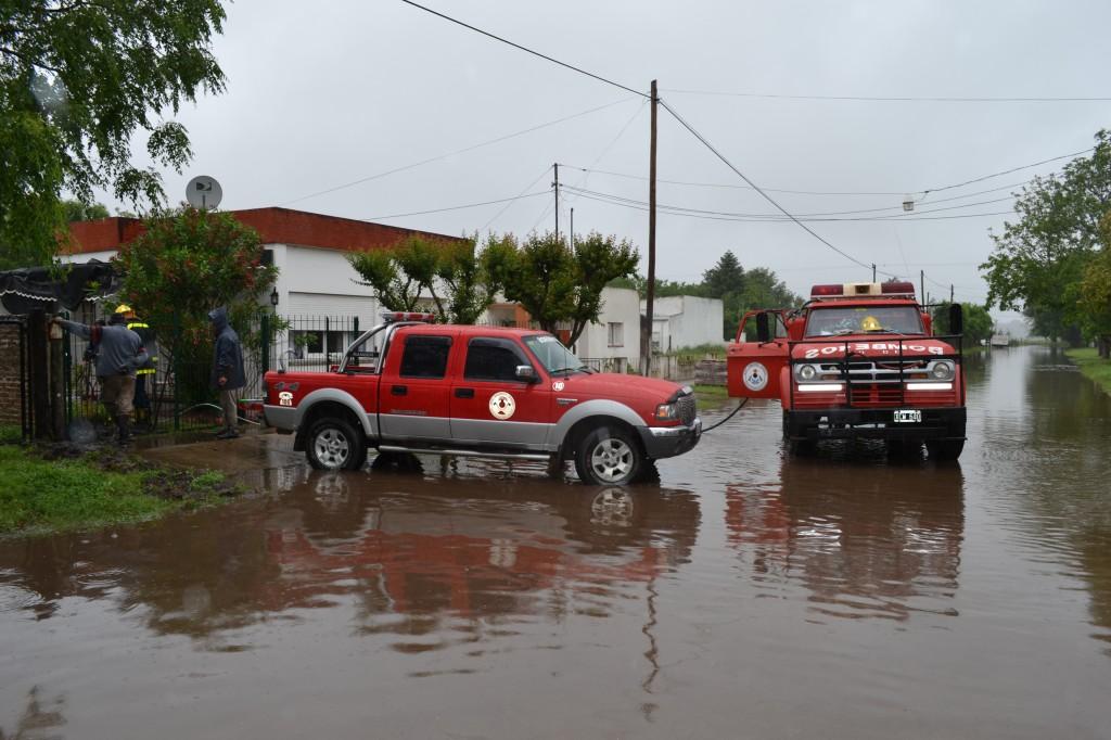 Bomberos Voluntarios sacando el agua en domicilio ubicado en Julio A. Roca, entre Pellegrini y Tucumán.