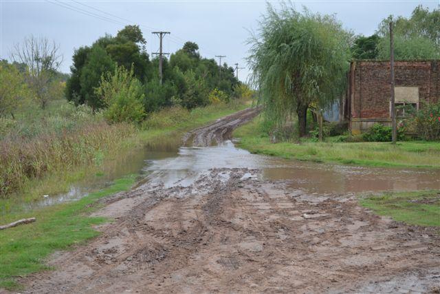 el agua baja desde canal a la orilla camino real a Tres Sargentos y vías del ferrocarril San Martin, Ramal a Arribeños.