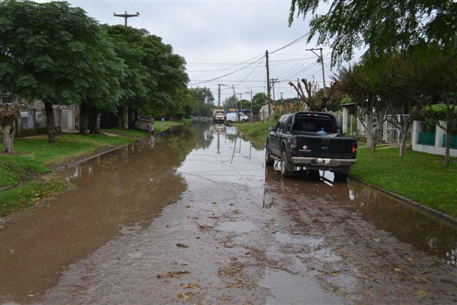 El agua sobre calle O´Higgins y avenida Juan D. Perón.