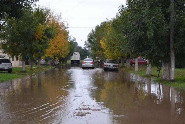 Imagen del agua sobre avenida Juan Perón, entre Balcarce y O´Higgins.
