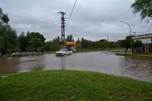El agua en Ruta Prov. 42, entre avenida Chacabuco y O´Higgins. Avanzó más de 300 metros en 24 horas.