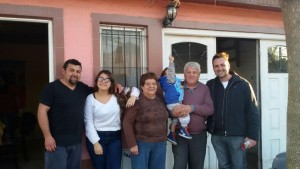 Aiola con vecinos de la calle Primera Junta.