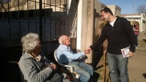 Víctor Aiola con vecinos de Chacabuco.