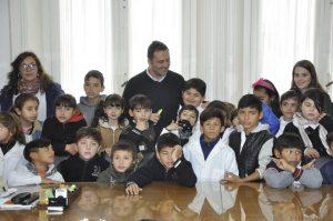 Aiola con alumnos de la escuelas suburbanas Nº 2 y Nº 22.