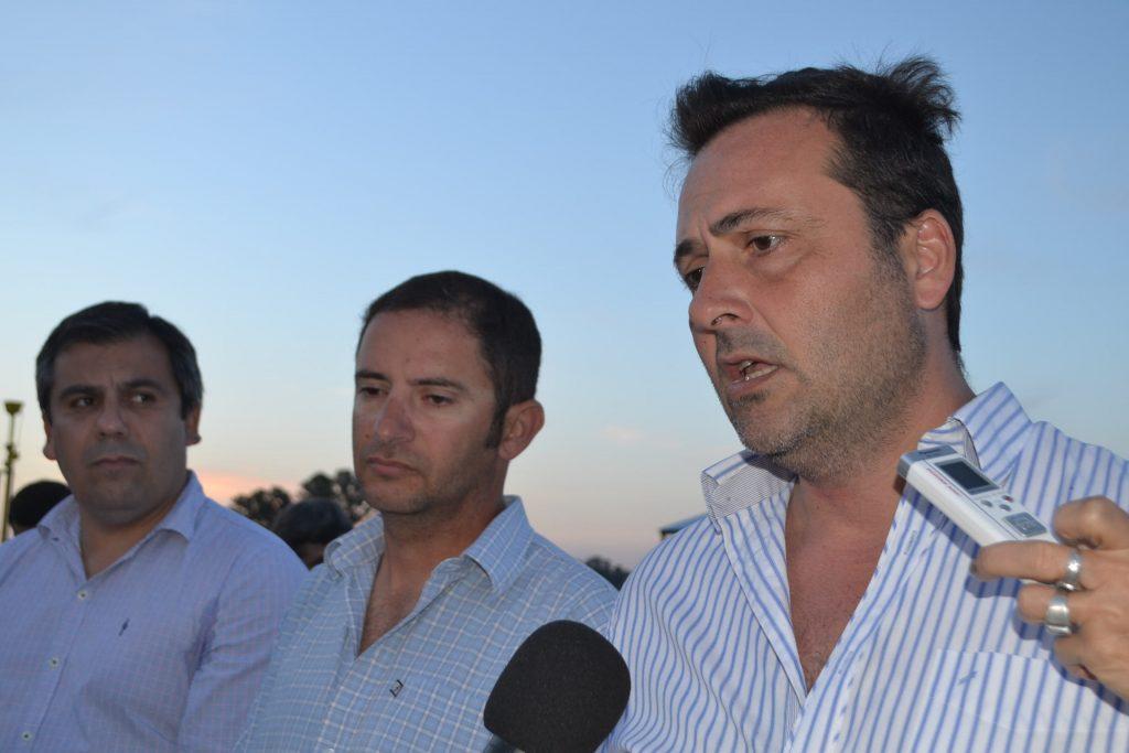 Abeleyra, Gómez y Aiola durante el anuncio.