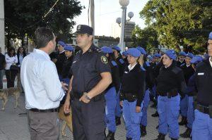 Aiola junto a agentes de la Policía Local.
