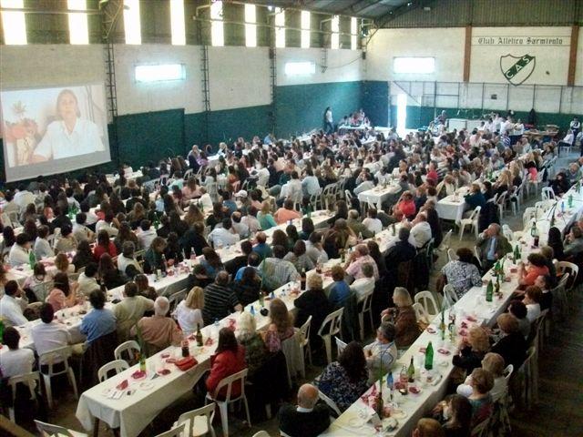 Más de 500 personas asistieron al almuerzo del encuentro de promociones para festejar los 50 años de la Escuela de Educación Media Nº 2 de Rawson.