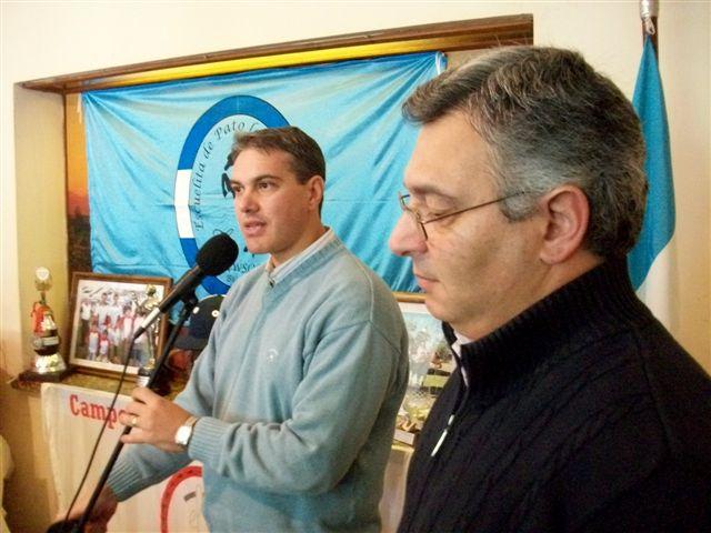 Golía junto a Barrientos anunciaba la entrega de un subsidio de 30 mil pesos a Campo de Pato de Rawson.