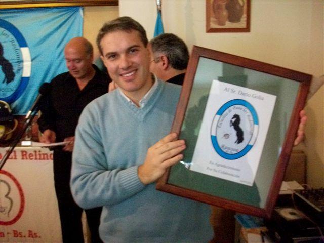 Golía recibió un cuadro con el logo de la Escuela de Pato.
