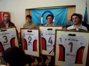 Los integrantes de El Relincho recibieron un cuadro con la camiseta que disputaron la final del Abierto de Pato 2010.