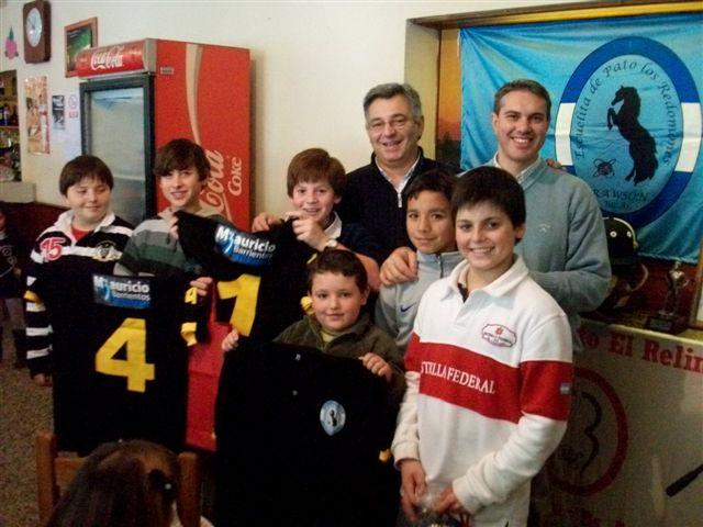 Barrientos hace entrega de camisetas a la Escuela de Pato Municipal de Rawson.