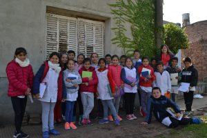 Alumnos de 4º A de la Escuela Primaria nº 11, tras la visita a la Radio de Rawson.