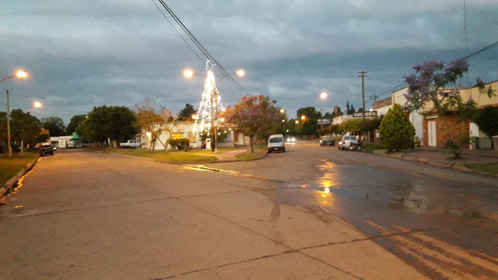 13/12/17- El Municipio, procedió a colocar una vez más, la estructura de metal y la decoración con luces del árbol de Navidad, en plazoleta Guillermo Rawson.