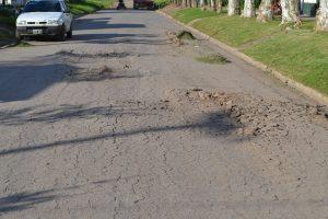 Estado en que quedó el asfalto por el paso de camiones en avenida Chacabuco y Sangiani.