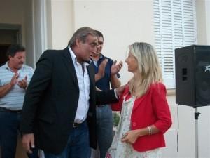 Alberto Santos entrega formalmente las llaves de la Delegación Municipal a María Luisa Alvarez.