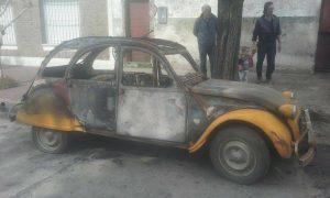 El auto incendiado. Foto: diario Cuatro Palabras.