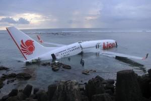 El fuselaje del avión se partió cuando salió de la pista e impactó con el agua.