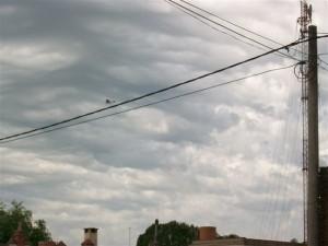 Otra imagen del avión fumigador sobrevolando Rawson a las 10.45 horas de este martes.