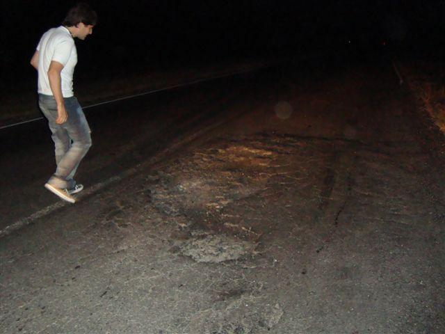Uno de los damnificados observando el peligrosísimo bache en ruta provincial 51.