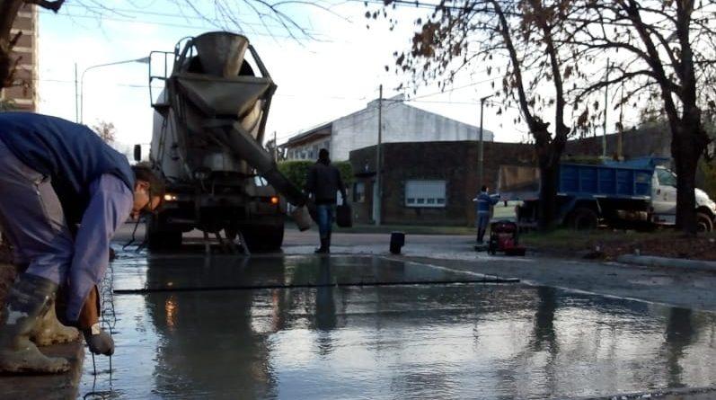 Bacheo sobre calle Corrientes, entre Balcarce y Villegas