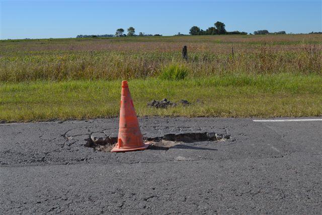 Otra imagen de los baches marcado por un cono.