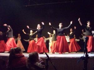 Integrantes del Taller de Folklore sobre el escenario del Teatro Italino.
