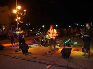Actuaron bandas en la Avenida Alsina de Chacabuco.
