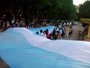 La Bandera es llevada por niños y mayores.
