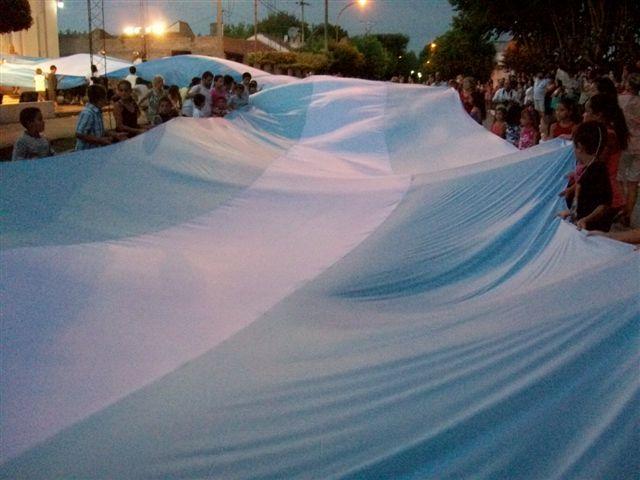 La Bandera comenzando a recorrer las calles que circundan a la Plaza San Martín de Rawson.