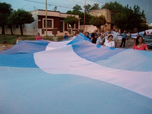 Otra imagen del despliegue de la Bandera.