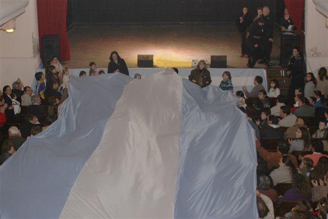 Parte de la bandera que había sido desplegada el pasado 9 de Julio de 2010 en el Teatro Italiano de Rawson.