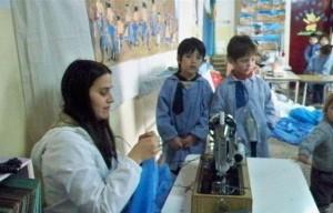 El 17 de agosto de 2010 los nenes del Jardín 909 fueron testigos de como se confeccionaba la Bandera.