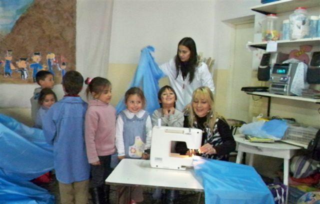 Otra imagen cuando mostraban a los nenes del Jardín 909 como se iba confeccionando la Bandera Argentina.
