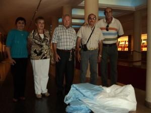 Teresa Guerra de Avendaño, Teresa Melo de Jurado, Norberto Pérez, Juan Carlos Cabral y Carlos Del Campo depositando la Enseña Patria en el Monumento a la Bandera.