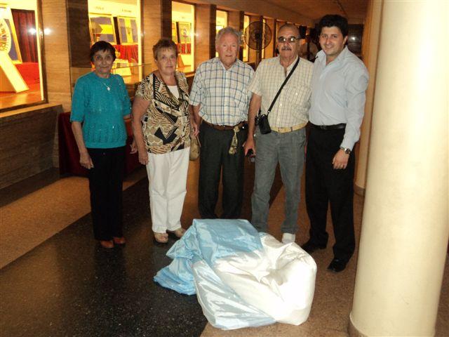 Entregando la Bandera confeccionada en Rawson al Sr. Colautti, miembro del Museo del Monumento a la Bandera de Rosario.