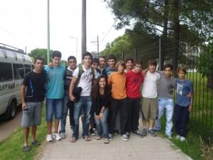 Gianfranco Barranco y otros atletas de Chivilcoy al partir al CENARD.