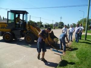 El Municipio realiza tareas de limpieza en el Acceso Hipólito Yrigoyen.