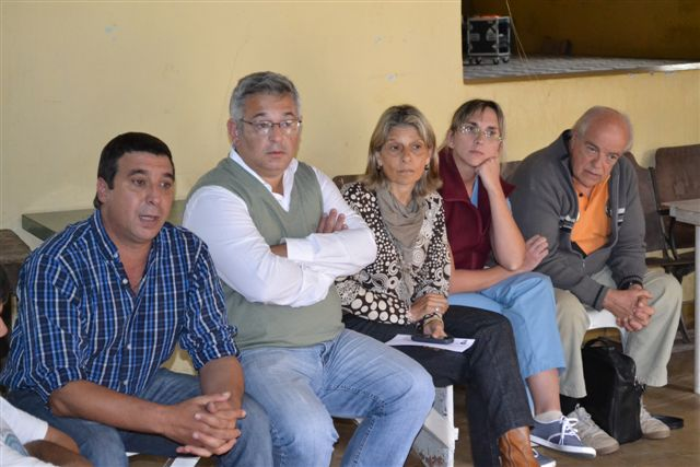 Barrientos durante la reunión mantenida con los vecinos de Castilla que piden por su acceso.