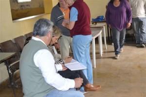 Barrientos firmando el acta del encuentro junto a la Delegada Municipal María Luisa Álvarez.