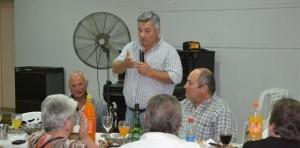 Barrientos en una cena con municipales en Rawson. A su lado, Olivetto.