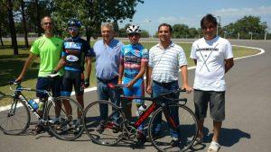 """Barrientos con Ciclistas que competirán en la """"Doble Bragado""""."""