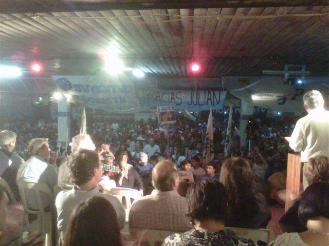 Barrientos dirigiéndose a los presentes. Sobre la izquierda en primera fila, Domínguez y Golía.