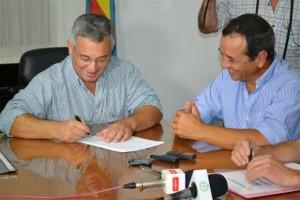 Barrientos en la firma junto a Rojas.