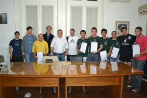 Barrientos con deportistas de Chacabuco.