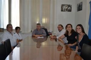 Barrientos en su despacho con Matías Chilano, Lucas Bettoli; la Jefa Distrital, Marcela López y el director de la Escuela, Vicente Colaneri.