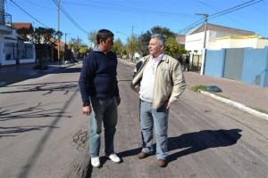 Barrientos junto a Martínez, recorriendo obras de repavimentación en Chacabuco.