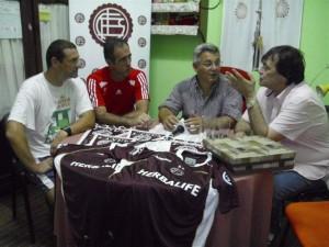 Barrientos junto a dirigente del Club Lanús.