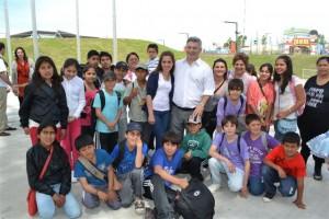 Barrientos con alumnos de Chacabuco en Tecnópolis.