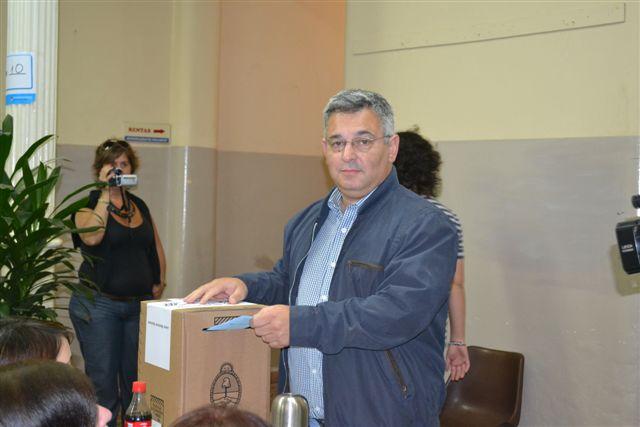 El candidato a Intendente del Frente para la Victoria Mauricio Barrientos emitiendo su voto en la Mesa 8 de la Municipalidad de Chacabuco.